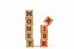 Geld und Risiko fassen geschrieben auf Würfelform ab Stockfotos
