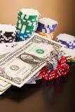 Geld und Satz der Spielkarte mit würfelt Stockfoto