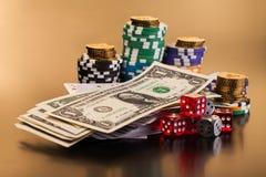 Geld und Satz der Spielkarte mit würfelt Lizenzfreies Stockfoto