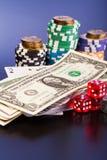 Geld und Satz der Spielkarte mit würfelt Lizenzfreie Stockfotos