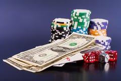 Geld und Satz der Spielkarte mit würfelt Stockbilder