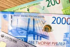 Geld- und sberbankkreditkarte auf einem waldigen Hintergrund lizenzfreies stockbild