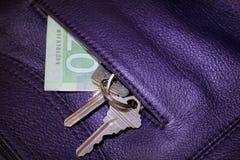 Geld und Schlüssel Stockfotografie