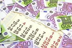 Geld und Taschenrechner auf Monatskalender Lizenzfreie Stockfotos