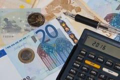 Geld und Taschenrechner und Stift in Jahr 2016 Lizenzfreie Stockfotos