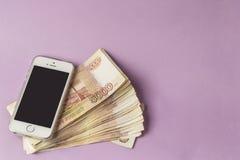 Geld und Telefon Stockfoto