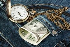 Geld und Uhr in Jeans Lizenzfreie Stockfotografie