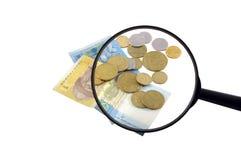 Geld und Vergrößerungsglas Lizenzfreies Stockbild