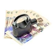Geld und Vorhängeschloß - Sicherheitskonzept lizenzfreies stockbild