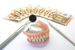 Geld und zahnmedizinische Prothese lizenzfreie stockfotografie