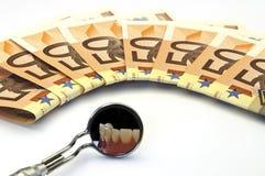 Geld und Zahnpflege stockbild