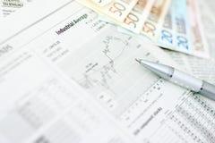 Geld und Zeitung Lizenzfreies Stockfoto