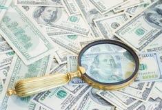 Geld unter manifying Glas Lizenzfreie Stockfotografie