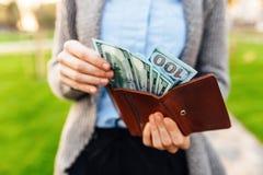 Geld in Uw Portefeuille Een mens trekt geld uit zijn portefeuille Busin stock foto