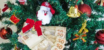 Geld van Brasilia voor Kerstmisgiften of giftgeld Kerstmistak en klokken stock foto's