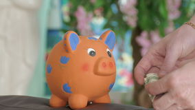 Geld versteckt im moneybox stock video