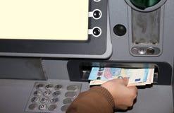 Geld von ATMs in den Eurobanknoten in Europa Lizenzfreie Stockfotos