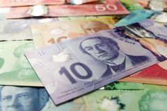 Geld von Kanada: Kanadische Dollar Rechnungen verbreitet und Veränderung von Mengen stockfotos