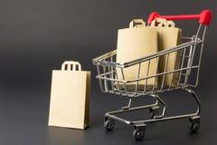 Geld voor de aankoop van producten voor het huishouden stock afbeelding