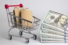 Geld voor de aankoop van producten voor het huishouden stock afbeeldingen