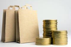 Geld voor de aankoop van producten voor het huishouden stock foto's