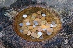 Geld voor het bidden bij de Japanse tempel Stock Fotografie