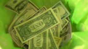 Geld wegwerfend, fallen Dollar in grünen Abfalleimerkorb, Freiheit von der Finanzierung und vergeuden Geld stock video