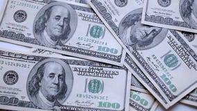 Geld zerstreut auf eine Tabelle stock footage