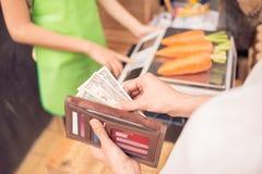 Geld zu zahlen Lizenzfreie Stockbilder