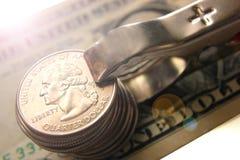 Geld zusammengedrückt durch eine Terminalwäscheklammer auf einem weißen Hintergrund mit einem Pluszeichen, Konzept des Geschäftsg lizenzfreies stockfoto