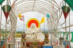 Geldaanbiedingen in de buik van het standbeeld chiang MAI van Boedha royalty-vrije stock foto's