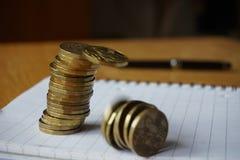 Geldachtergrond van dalende stapel van muntstukken als symbool van financiële verslechtering royalty-vrije stock afbeelding