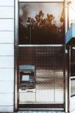 Geldautomaat op de straat stock foto