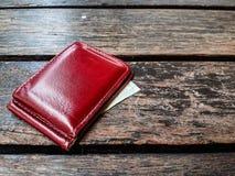 Geldbörse auf hölzernem Hintergrund Lizenzfreie Stockfotografie