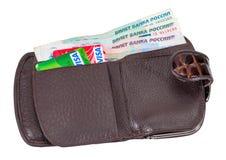 Geldbörse offen mit dem Rechnungs- und Kreditkartehaften der russischen Rubel Stockfotografie