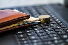Geldbörse und Geld auf Tastatur Stockfoto