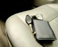 Geldbörse und Schlüssel auf Front Seat Stockbild