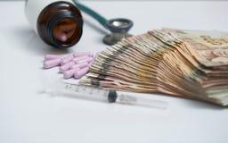 Geldbankbiljet en purpere capsules in moddlerand door onduidelijk beeld j stock foto