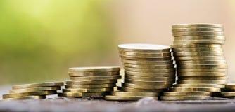 Geldbesparingen - gouden muntstukkenstapel Stock Afbeeldingen