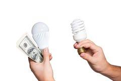 Geldbesparingen van het gebruiken van energy-saving lampen Stock Foto's