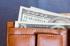 Geldbeutel mit hundert Dollarbanknoten Stockfotos