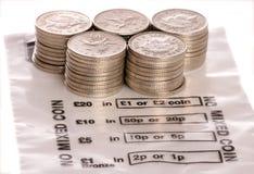 Geldbeutel mit Pennysmünzen des Sterling 10 Stockbild