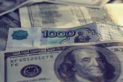 Geldclose-up de Amerikaanse honderd rekeningen van dollarand Russische 1000 roebels Royalty-vrije Stock Afbeelding