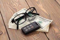 Geldcontant geld, glazen en auto verre sleutel Royalty-vrije Stock Afbeeldingen