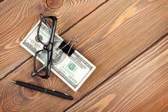 Geldcontant geld, glazen en pen Royalty-vrije Stock Afbeelding