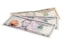 Gelddollar und Münzeneuro getrennt auf einem Weiß. Stockbild