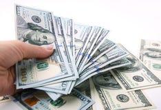 Gelddollars ter beschikking op witte achtergrond Stock Afbeelding