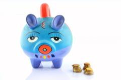 Geldeinsparung in einem bunten Sparschwein stockbild