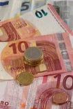 Geldeuromünzen und -banknoten stockbild
