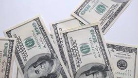 Geldfall auf dem Tisch stock video footage